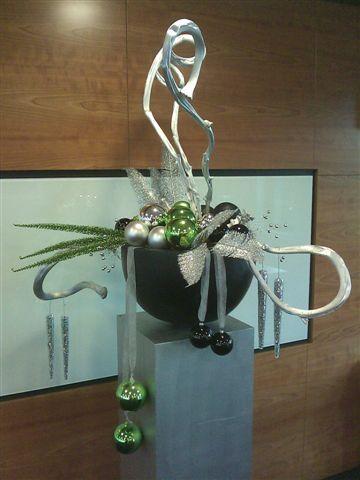 Kerststuk modern groen wit zilver