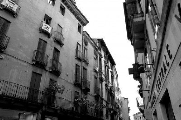 http://us.123rf.com/400wm/400/400/eugenef/eugenef0801/eugenef080100083/2933570-classical-italian-alley-in-florence.jpg
