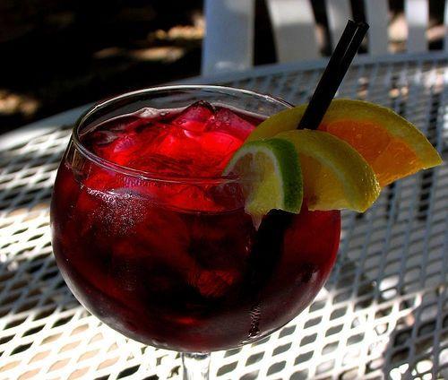 Sangría Española:  1 litro de vino tinto  1 litro de Seven Up o Sprite  1 copa de licor - brandy, whisky, o Cointreau  2 naranjas exprimidas   2 limones exprimidos  4 frutas (melocotón, manzana, pera, melón, kiwi, piña)  2 rodajas de limón y naranja, azucar al gusto.  Servir bien fria.
