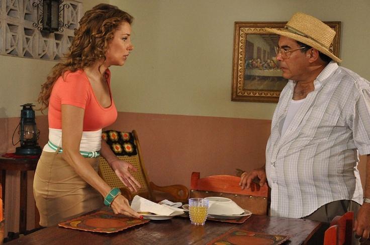 Don Jacinto sigue con la idea de que Mariela debe quedarse en casa, por lo que se disgusta porque ella se levantó temprano organizó la casa y se fue a trabajar.