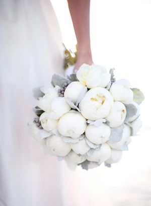 Stunning use of white in the brides bouquet. Love!!!