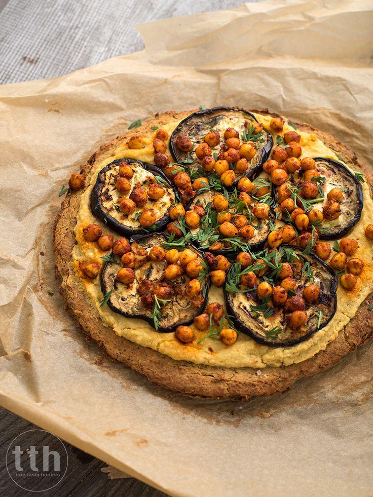 Pizza z ciecierzycy z hummusem i bakłazanem - przepis weganskie, bezglutenowe