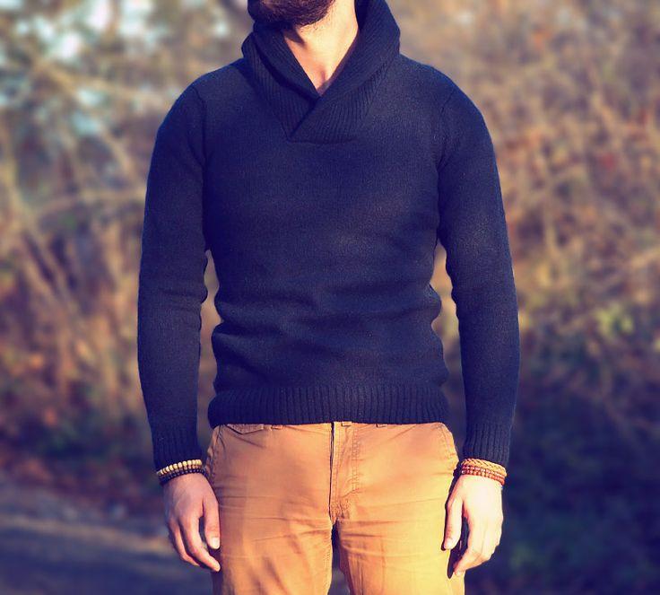 Męskie ubrania są bardzo uniwersalne, dzisiaj zestawienie proste i skuteczne w odbiorze. Beżowe spodnie chino i ciepły sweter!