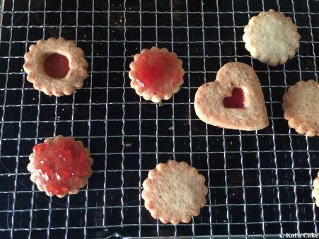 Spitzbuben, Ochsenaugen, Backen, Cookies, Rezept und Anleitung, Marmeladenplätzchen, Weihnachtsbäckerei