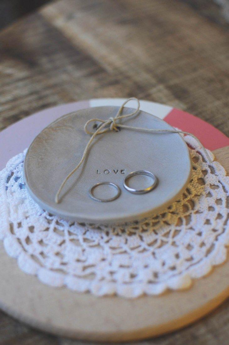 Aujourd'hui, je vous propose un petit Do it yourself ultra facile à réaliser : une soucoupe en argile, utilisée…