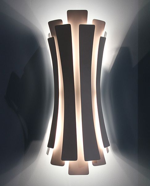 Etta wall lamp has a nostalgic feminine retro glow. A luxurious lamp entirely made by hand with 12 different brass leafs which provides a soft and warm light through its layers, giving a romantic ambiance to your home. Custom made versions upon request.