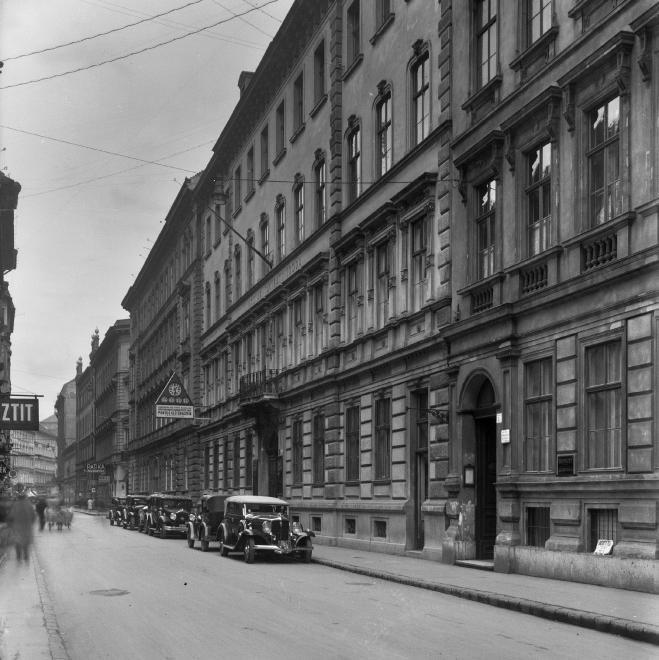Bródy Sándor (Sándor) utca a Magyar Rádió épülete előtt, a Szentkirályi utca felé nézve.