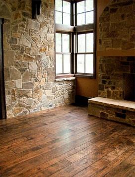Vieux plancher et parement de pierres, un duo harmonieux.