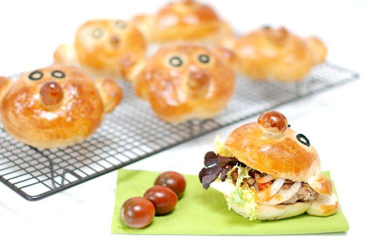 Hamburguesas blanditas para los peques de la casa con un pan que no olvidarán nunca. Váis a disfrutar de lo lindo preparándolas.