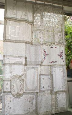 Questo di una cortina di gentile è fatto completamente da tessuti vintage comprati da carità negozi e negozi di antiquariato, nulla da stuoie vassoio a centrini per una tovaglia. Può essere utilizzato riuniti in alto o no. Usato come una tenda per una finestra o una porta o un pannello per una finestra o come decorazione contro un muro o alla sezione fuori parte di una stanza o il giardino. Ideale per uno sfondo a un matrimonio. Il colore dei tessuti sono bianco ma variare a causa d...