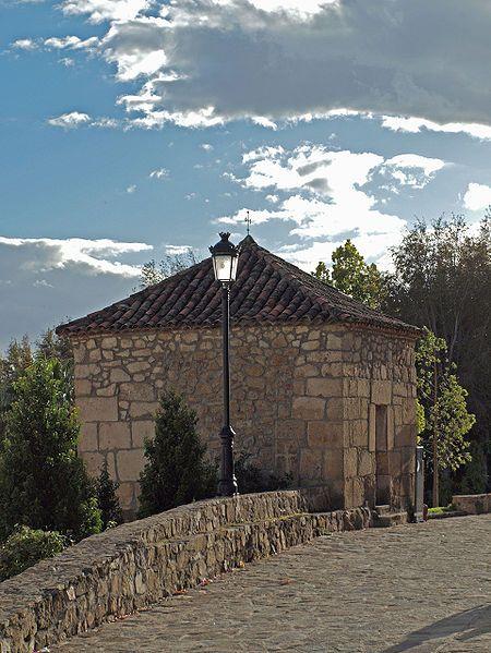 La pequeña ermita de San Roque, del siglo XIX, con su tejado a cuatro aguas.