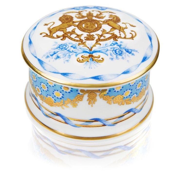 90-летний юбилей Памятная Pillbox Букингемский дворец королевы £ 29.00 По заказу Букингемского дворца, чтобы отпраздновать Ее Величества Королевы Елизаветы II, который стал самый длинный правящим монархом нации в среду, 9 сентября 2015 года. Сделано полностью вручную нашими квалифицированными мастерами в Стоук-он-Трент, используя традиционные методы неизменными в течение более 250 лет. Закончено с 22-каратным золотом. 6см х 6 см х 3,5 см