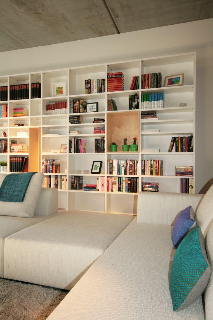 Boekenkast - bibliotheek. In de witte bibliotheekkast zorgden we voor een speels effect om de kast niet te 'zwaar' te laten overkomen. Kast-ID Antwerpen