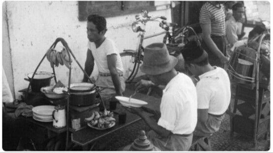 Penjual nasi asongan (pikulan), jakarta 1948.