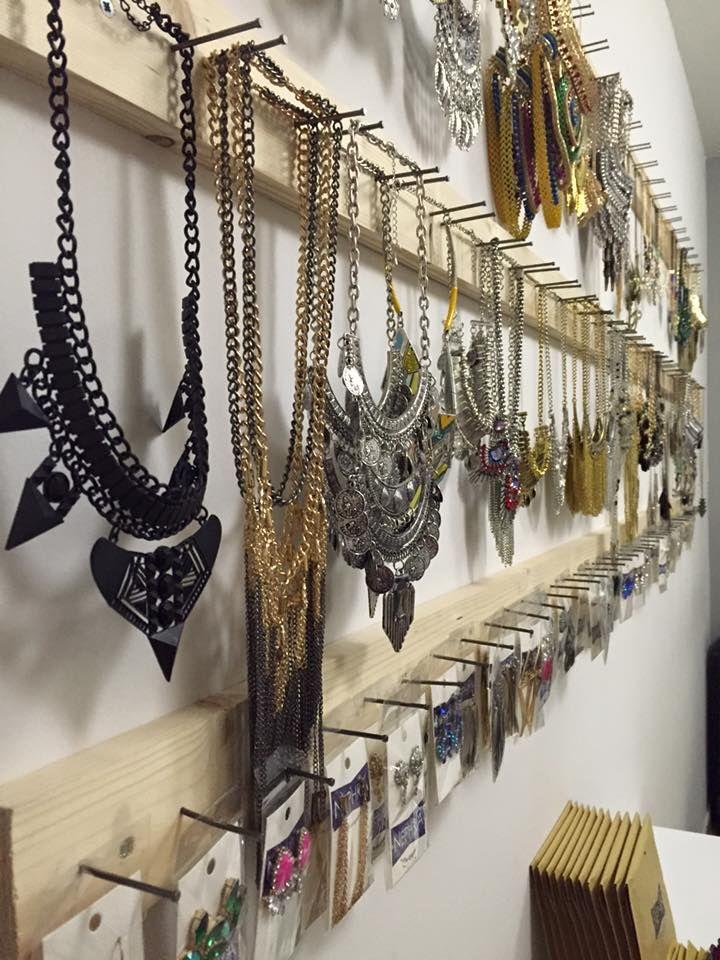 M s de 1000 ideas sobre colgar collares en pinterest - Como colgar collares ...