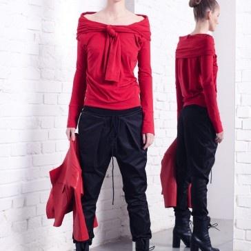 Czerwona dzianinowa bluzka z charakterystycznym wiązaniem na przodzie, który sprawia ,że ta stylizacja utrzymana jest w tonie sportowej elegancji, ale uwaga możliwość noszenia tyłem na przód i przodem na tył. Wtedy wiązanie zdobi plecy .  Zapytaj nas o inny rozmiar.