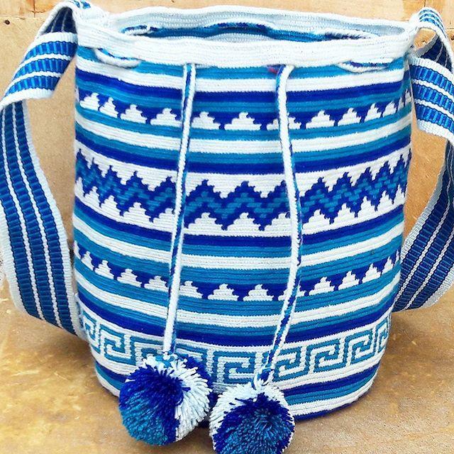 Esta mochila esta compuesta por diversos patrones basicos geometricos propios de la cultura wayuu, en algunos estos patrones son utilizados para dar terminaciones o inicio de otro patron mas complejo. #wayuu #wayuubag #ethnicalfashion #indigenousart #colombia #maicao #hechoencolombia #hanmade #culture #tradition #fblogger #itbag #ootd #outfit #southamerica #bogota #cali #medellin #world