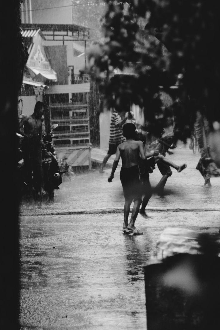 hujan desember bocah-bocah pada asik maen ujan-ujanan  #rain #street #december
