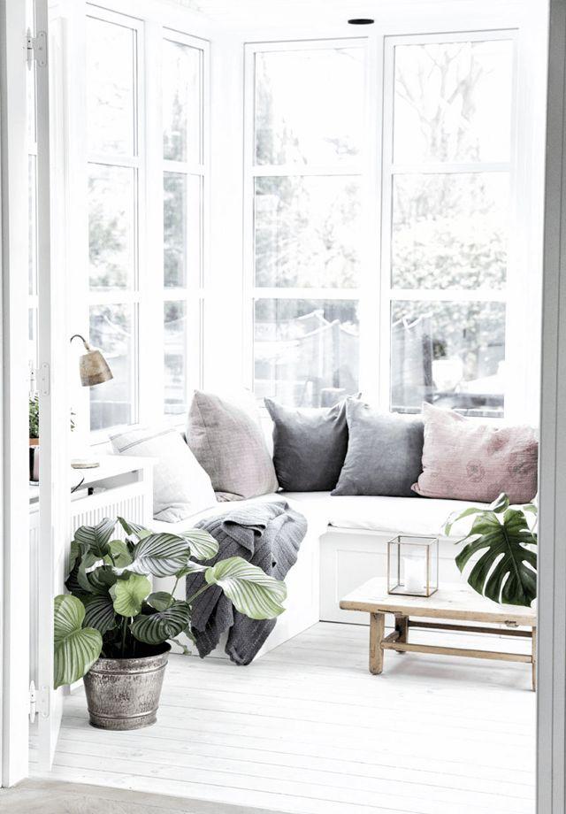 white / grey / rose / wood Lichtdurchfluteter Erker mit viel Glas & gemütlicher #Sitzecke #Wohnidee