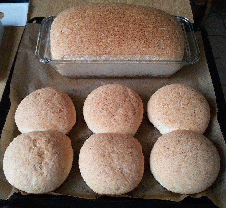 Egy újabb és finomabb zsömlét sütöttem az eddigieknél is :) Ma péntek van,hétfőn már sütöttem egy kenyeret és 6 db zsömlét ebből a recept...
