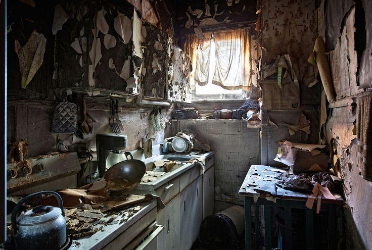 Les images qui ont résulté du projet sont exposées dans un nouveau livre intitulé Abandoned America : The Age of Consequences.   Ce photographe capture la beauté troublante d'hôtels abandonnés