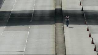 Image copyright                  AFP                  Image caption                     No es la primera vez que se restringe el tránsito de vehículos en Medellín, pero en esta ocasión tiene carácter urgente para prevenir problemas de salud.   La alcaldía de Medellín, la segunda ciudad con más habitantes de Colombia, anunció una serie de medidas para intentar controlar la grave situación de contaminación del aire –y sus efectos sobre la salud�