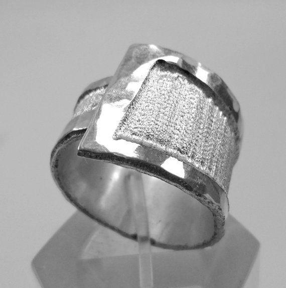 Anello regolabile in alluminio martellato ai bordi di 13AlGioielli