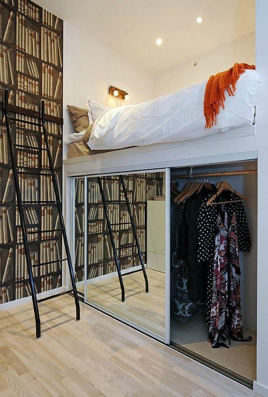 Een bed neemt veel vloerruimte en daarmee kostbare opbergruimte in, gebruik de ruimte onder en achter het bed voor extra opberg mogelijkheden.