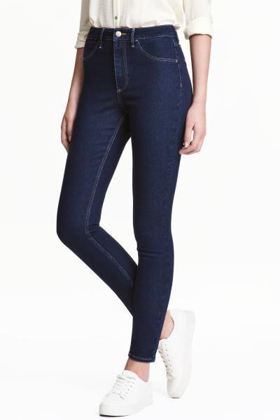 Džínové kalhoty ze sepraného strečového denimu v délce ke kotníkům. Mají extra úzké nohavice a vysoký pas. Falešné přední kapsy a skutečné zadní kapsy.