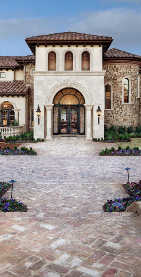 este casa tiene mucho aspectos de arquitectura española porque los archs, la piedra, y el techo rojo