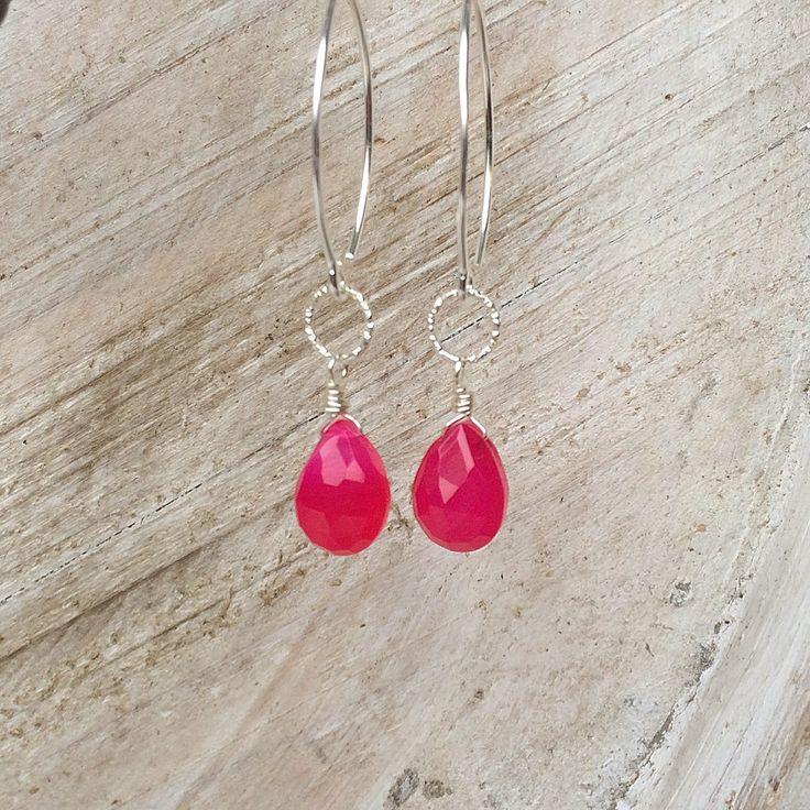 Geef je outfit kleur met deze subtiele en frisse oorhangers van 925 sterling zilver en fuchsia roze kwarts druppels.  Draag deze beauties casual of geef je feestelijke outfit wat extra glamour!