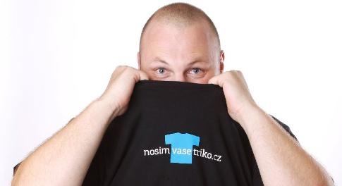 www.nosimvasetriko.cz - Každý den po celý rok si vezmu jedno triko firmy, která si jej koupí (již od 10Kč) a vytvoří video, fotky a další sociální obsah. Přidejte se k desítkám firem, které si již svůj den koupili!