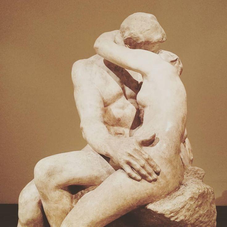 """""""El amor es todo lo que hacemos desnudos. El amor espiritual, de la cintura para arriba, amor físico, de la cintura para abajo. Amor dividido"""" #garciamarquez #gabo #gabrielgarciamarquez..."""