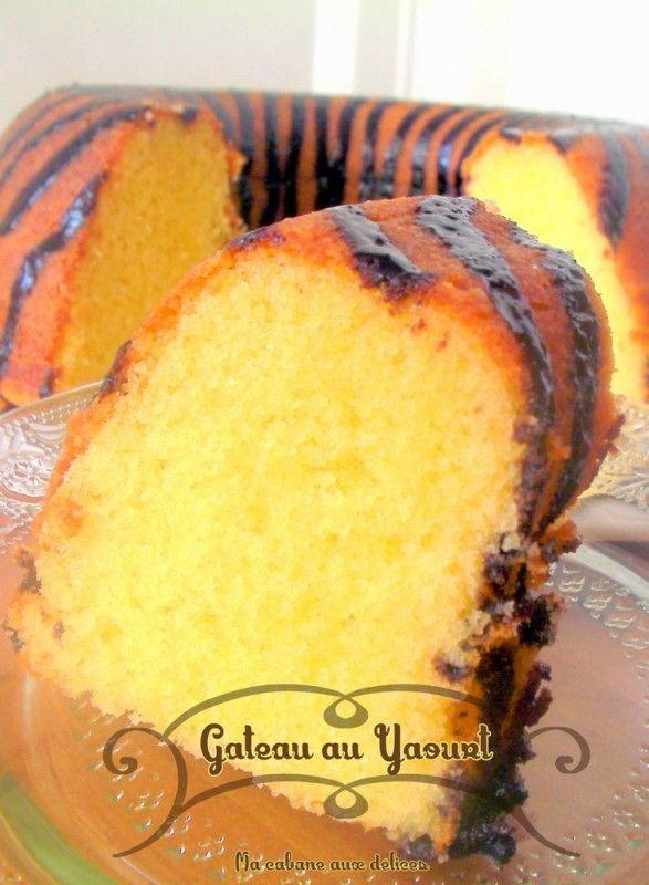 C'est la meilleure recette de gâteau au yaourt : hyper moelleux, bien humide. Sans huile et très simple à faire avec deux pots de yaourt et du beurre,