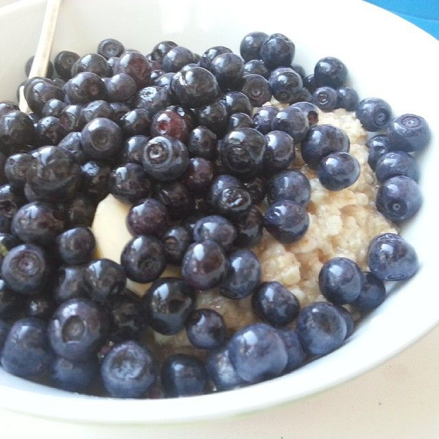«Завтрак: овсянка с черникой и медом»