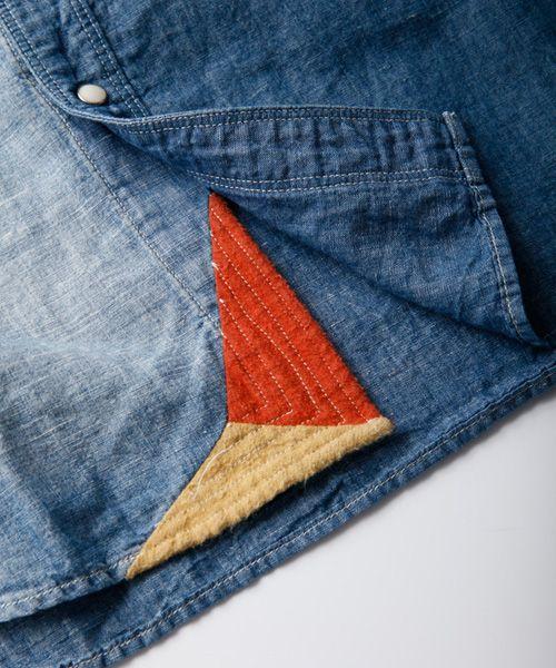 Contrasting trim on the corner of the shirt hem