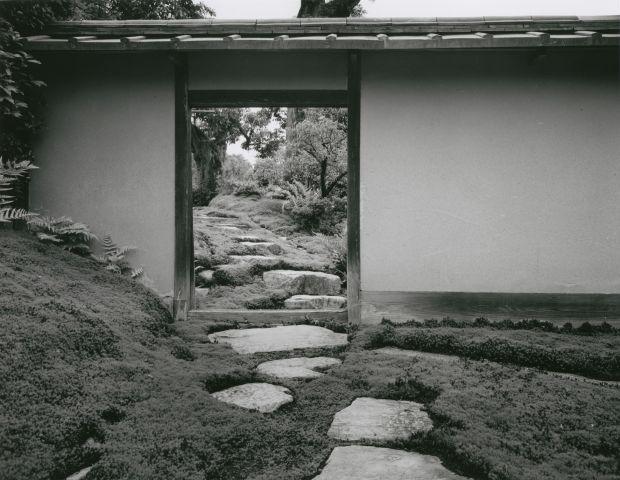 Ishimoto Yasuhiro, Katsura: Garden door behind the entrance, 1953/54
