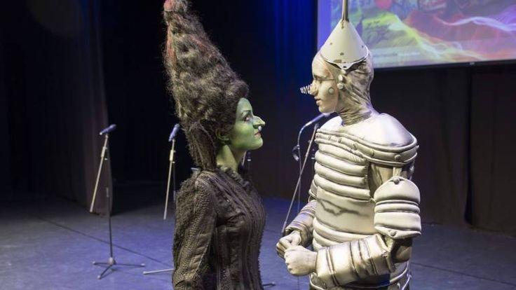 Die böse Hexe (Rosanna Steyer) faucht den Blechmann (Maximilian Hintz) an - beide Darsteller sind erst 19 Jahre alt (Foto: Olaf Selchow)