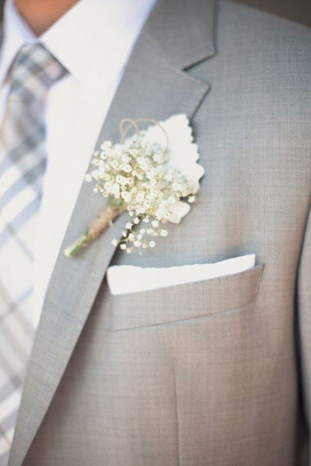 Flores mosquitinho na lapela do noivo Foto stylemepretty.com 620x930 Buquê de flores mosquitinhos: Lindos românticos e delicados