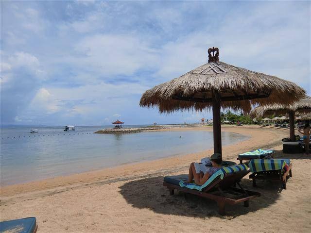 2 Wochen Bali Tropic Resort (4*) ab 1.696 € p. P. in den Sommerferien  https://www.facebook.com/Kombireise/app_316337858430294  Das mit viel balinesischem Dekor errichtete Resort liegt in einer traumhaften tropischen Gartenanlage, die das Herz jedes Pflanzenliebhabers aufgehen lässt. Durch eine offene Lobby mit Rezeption und Lobby Bar gelangt man zu der großen schmetterlingsförmigen Poolanlage mit integrierter Bar und Kinderbecken. Dort stehen (wie auch am Strand) Liegen und Sonnenschirme…