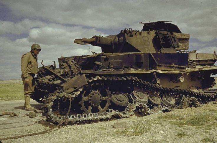 Американские солдаты осматривают уничтоженный в Тунисе немецкий танк Pz.Kpfw. IV [1]