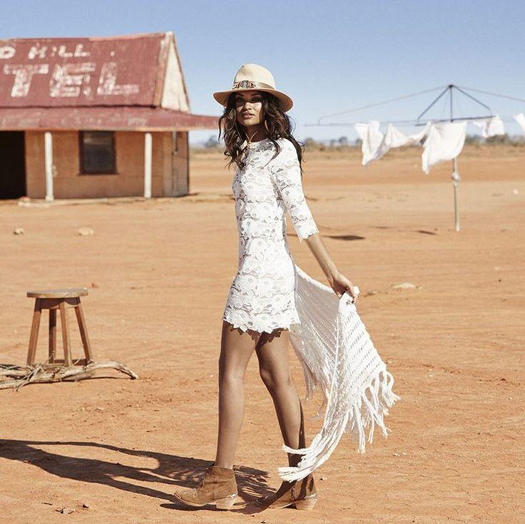 """La firma de moda Australiana, Spell Designs, nos presenta su lookbook """"Revolver"""". Set realizado en el ocre y rojizo desierto australiano"""
