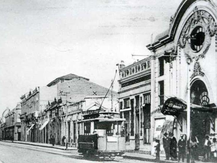 Calle 1 Sur de Talca, travía eléctrico pasando frente al desaparecido Teatro Palet.