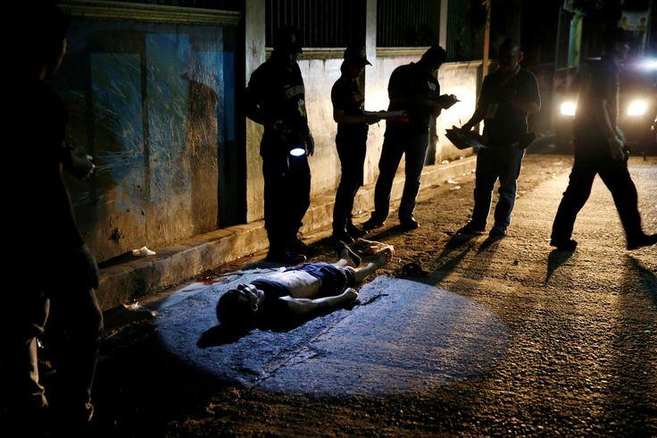 Photographie. La semaine en images (14-21 octobre)   Courrier international Quezon City (Philippines). 19 octobre. La police entoure la dépouille d'Herman Cunanan, soupçonné de consommer de la drogue. Le président philippin Rodrigo Duterte a appelé à plusieurs reprises la population à tuer les trafiquants et les consommateurs.   PHOTO ERIK DE CASTRO / REUTERS