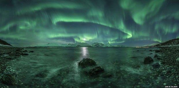 "4.A aurora boreal foi flagrada nesta imagem. A foto foi feita em Lyngenfjord, o maior fiorde de Troms, na Noruega. O fotógrafo de ""Aurora Panorama"" foi Jan R. Olsen (Foto: Jan R. Olsen (Noruega))"
