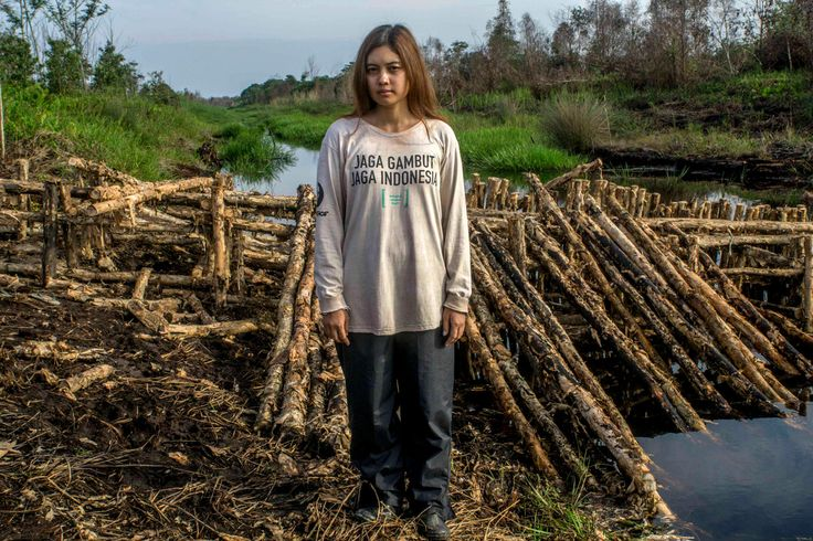 Aktivis Greenpeace Indonesia yang menjadi salah satu anggota tim bendung kanal di Desa Paduran, Sebangau, Kalimantan Tengah. Sebagai aksi penghentian pembakaran lahan gambut yang menyebabkan bencana kabut asap.