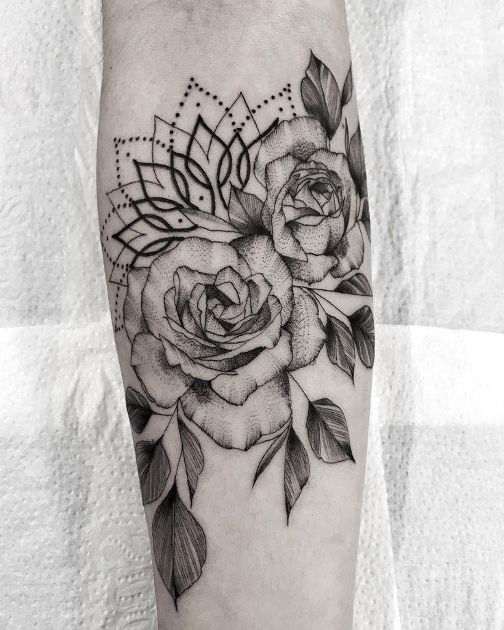 Tatuagem feita por Tiago Dhone de Curitiba.    Flores em preto e cinza com mandala de fundo.