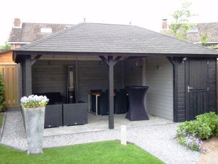 tuinhuis blokhut met overkapping prieel stijlvol, tuin, sfeer. Met zwarte dakshingles.  Geplaatst en verkrijgbaar bij tuinmani #tuinmani @tuinmani www.tuinmani.nl