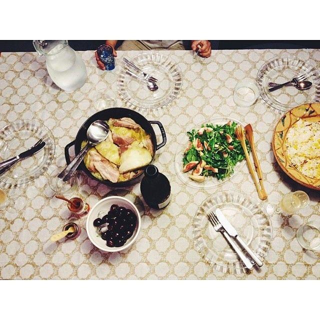 キャベツと塩豚の煮込み。丸一個を四人でペロリ。モロッコ胡椒とかんずりを添えるとエンドレス。 あとはトウモロコシの炊き込みごはん、 ルッコラ、水菜、クレソン、無花果のサラダ、 デザートにアメリカンチェリー。  炊くときに生のもろこしを削いだものと、芯も一緒に入れて炊いちゃう。食べるときに芯は外すけど、香りが強くなるよ。あと、少しのお酒と塩だけ。昆布入れる人もいるらしいけど、うちはなし。