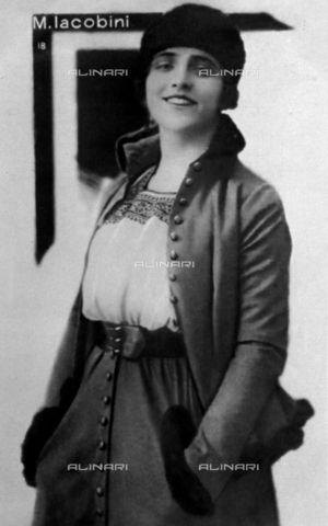 Three-quarter-length portrait of the actress M. Iacobini 1920-1925 (c) Vettori, G/Fratelli Alinari Museum Collections, Florence